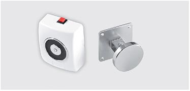 Electromagnet EM de perete cu carcasa din plastic alb cu buton de deblocare. Ancora consta intr-o placa nichelata si o platforma articulata.