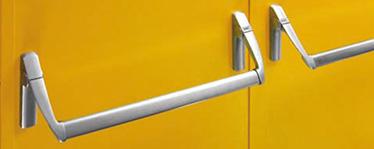 KIT pentru canatul pasiv al usilor cu doua canate. Disponibil si pentru alte usi multifunctionale. KIT-ul contine:1 broasca antipanica cu gaura de cilindru de 80 mm, 2 mecanisme de control din inxo, 2 capace din inox, 2 brate de maner din inox, 1 bara din inox, 1 zavor cu bolt, 1 sistem de prindere superior, 1 suport unghiular, 1 tija superioara ajustabila, 1 tija inferioara