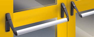 """Dispozitivul antipanica EXUS LP din nylon consta intr-o bara orizontala care actioneaza asupra bratelor de maner atasate mecanismului de control pentru a activa incuietoarea Bara orizontala este confectionata din aluminiu extrudar anodizat cu o sectiune de imbinare eliptica de 40 x 20 mm si o lungime de 1150 mm Bratele manerului sunt din nylon negru cu miez din otel galvanizat cele doua mecanisme de control sunt confectionate din otel galvanizat cu capace din otel galvanizat, din care unul este marcat cu semnul """"IESIRE"""" pentru a indica pozitia incuietorii Broasca antipanica/antifoc este disponibila si la usile vitrate, doar cu cilindri profil Euro Controalele externe sunt acoperite cu o pelicula de rasina neagra."""