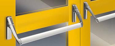 """dispozitivul antipanica EXUS LA din aluminiu consta intr-o bara orizontala ce actioneaza bratele manerului atasate la mecanismul de control ce activeaza incuietoarea Bara orizontala confectionata din aluminiu extrudat anodizat cu o sectiune de imbinare eliptica 40 x 20 mm si o lungime de 1150 mm Bratele de maner sunt dintr-un aliaj de aluminiu cromate si lucioase; Cele doua mecanisme de control sunt din otel galvanizat cu capace din aliaj de aluminiu si finisaj cromat lucios, din care unul din mecanisme are marcat semnul """"IESIRE"""" pentru a indica pozitia incuietorii Broasca antipanica/antifoc este disponibila pentru usile vitrate si foloseste cilindri profil Euro Controalele externe sunt din inox lucios bratele si capacele sunt cromate trivalent in conformitate cu directivele ROSH."""