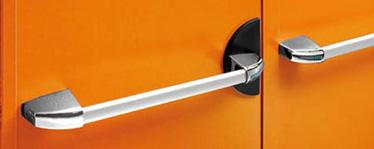 KIT pentru canatul pasiv al usilor duble bare antipanica 1 broasca antipanica cu gaura de cilindru de 80 mm, 2 mecanisme de control, 2 capace din aluminiu cromat, 1 bara din aluminiu anodizat cu tub conector si distantier, 1 zavor cu bolt superior, 1 piesa de inchidere de paviment, 1 ghidaj de brat de legatura