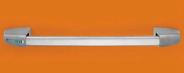 Descriere Bara antipanica din inox SLASH consta intr-o bara transversala din inox cu un tub conector ce actioneaza mecanismul de control pentru a activa sistemul de blocare. Rezistenta optima la socuri si agenti corozivi Nota estetica avangardista Fixare sigura a capacelor Deschidere revesibila dreapta – stanga Aplicabila usilor cu una sau doua canate Disponibil usilor PROGET/UNIVER/REVER si altor usi antipanica Bara transversala este confectionata din inox AISI 304 cu o sectiunea de imbinare eliptica de 40 x 20 mm, cu o lungime de 1150 mm si echipat cu un tub conector Mecanismele de control sunt din otel galvanizat cu capace din inox AISI 304, din care unul este prevazut cu un marcaj verde pentru a indica partea incuietorii Broasca anifoc/antipanica este compatibila cu cilindrii profil EURO Controalele externe si placile de montaj aferente sunt din inox AISI 304 si placa interna este confectionata din otel galvanizat.