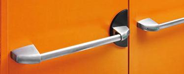 KIT pentru canatul pasiv al usilor duble  1 broasca antipanica cu gaura de cilindru de 80 mm, 2 mecanisme de control 2 capace din inox, 1 bara din inox cu tub conector si distantier, 1 zavor cu bolt, 1 sistem de prindere superior, 1 suport unghiular, 1 tija ajustabila superioara, 1 tija inferioara