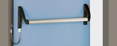 """MODEL """"E"""" CU MICROSWITCH Toate KIT-urile pot frate cu microswitch integrat in mecanismul de indicare a deschiderii usii, situat pe partea cu balamalele. Cablul si mansonul pentru conexiunea electrica dintre bara antipanica si perete sunt incluse"""
