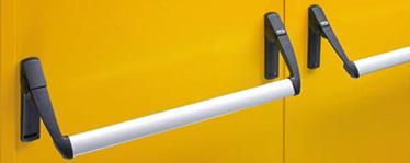 KIT de usa cu canat dublu pentru canatul pasiv. Compatibil pentru usile antifoc multifunctionale PROGET/UNIVER/REVER. Continut KIT: 1 broasca antipanica de siguranta cu orificiu de 80 mm, 2 mecanisme de control, 2 capace din nylon negru, 2 manere din nylon negru, 1 bara aluminiu anodizat, 1 zavor cu bolt superior, 1 piesa de inchidere, 1 brat de legatura (cu exceptia usilor multifunctionale REVER si UNIVER), 1 sablon de montaj, 1 pictograma adeziva (sageata verde), 1 manual de instructiuni de montaj/intretinere